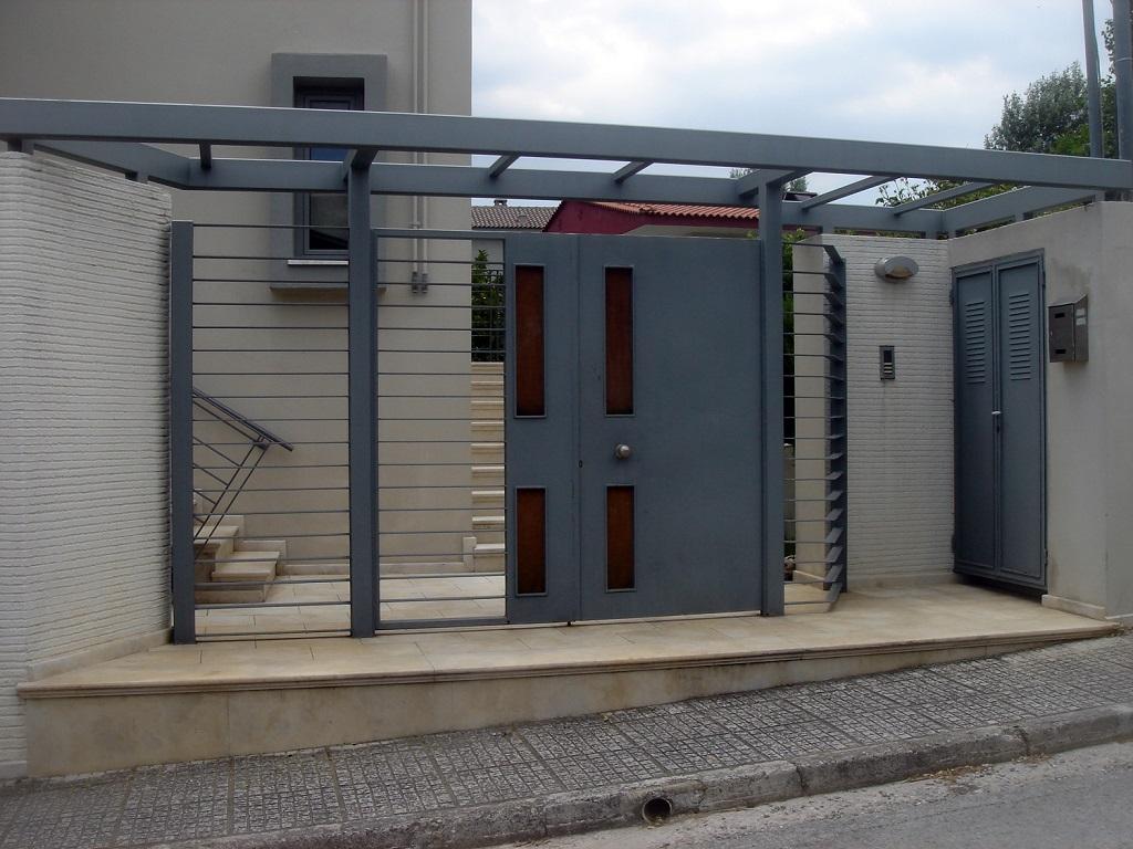 Είσοδος κατοικίας με σιδερένια πόρτα